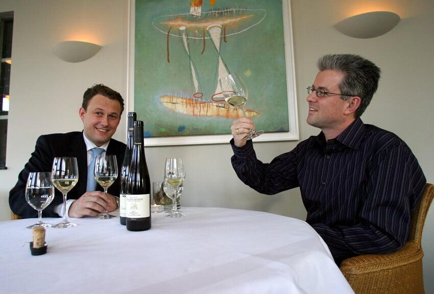 Castricum/Bakkum:  Wijnimporteur Marco Winterberg (R) proeft de wijn met restaurant-eigenaar Gaylord de Winter.  Bij verhaal Coen Springelkamp.